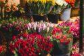 Kovo 8-osios rytą – gėlės iš policininkų rankų