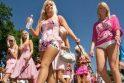 Blondinių parado dalyvės siekė pakelti žmonėms nuotaiką