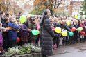Maironio gimtadienį mokiniai paminėjo susikibę rankomis