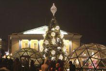 Sostinės Rotušės aikštėje nušvito Kalėdų eglutė