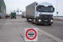 Jūrų perkėloje bei terminale tikrinti vairuotojai
