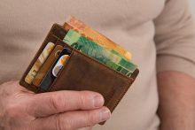 Koks yra paslaugų mokestis už banke paimtus grynuosius pinigus?