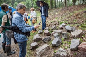 Paminkliniai akmenys pagarbiai sugrįžta į senąsias žydų kapines