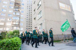 Eigulių gyventojus pažadino pučiamųjų orkestras
