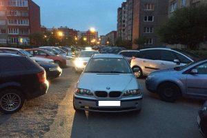 Girtas BMW vairuotojas bandė pasišalinti iš avarijos vietos