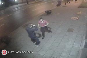 Policija prašo atpažinti muštynes sukėlusius jaunuolius