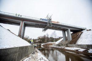Tiltas per Jiesią bandomas 120 tonų sveriančiomis mašinomis