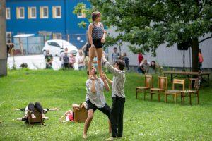 Pasirodymas 66 balkonams: išrinktuosius linksmino rinktiniai cirko artistai