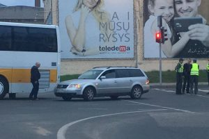 Karaliaus Mindaugo pr. lengvasis automobilis kliudė autobusą