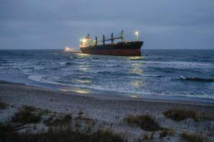 Prasidėjo ant seklumos užplaukusio laivo gelbėjimo operacija