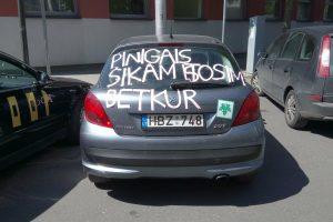 Pašiurpino užrašas ant abiturientų automobilio: tai – chamizmas