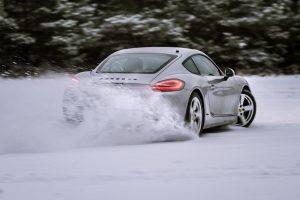 """""""Porsche"""" atstovai mokys, kaip suvaldyti automobilį ant ledo ir sniego"""