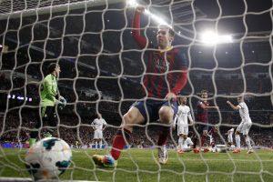 """Ispanijos futbolo čempionato grandų dvikovą laimėjo svečiuose žaidusi """"Barcelona"""""""