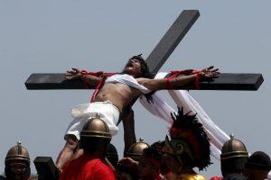 Filipinuose tikintieji atkartoja Kristaus nukryžiavimą