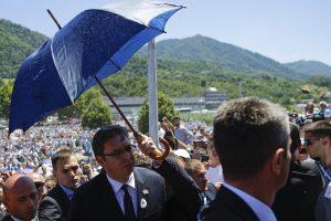 Srebrenicos metinės: Serbijos premjeras apmėtytas akmenimis