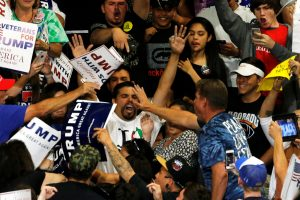 Mūšis dėl valdžios: D. Trumpas išvadintas fašistu
