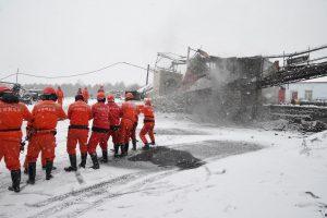 Dujų prasiveržimo Kinijos anglių kasykloje aukų padaugėjo iki 12