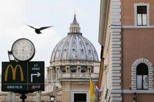 """Prie Vatikano atidarytas """"McDonald`s"""" sulaukė kritikos"""