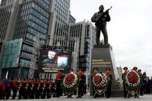 Maskvoje atidengtas paminklas ginklų konstruktoriui M. Kalašnikovui