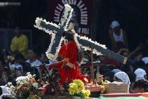 Filipinuose per didžiulę procesiją vežiojama Juodojo Nazariečio statula