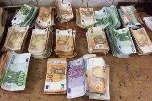 Kauno policijos laimikis – mašinoje slėpti 171 tūkst. eurų