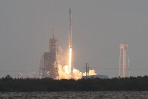 """""""SpaceX"""" raketa į orbitą iškėlė įslaptintą JAV vyriausybės krovinį"""