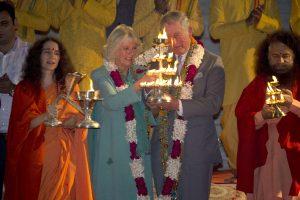 Britų princas Charlesas Indijoje buvo pasveikintas su gėlių girliandomis