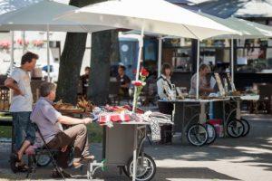 Po Vilniaus senamiestį rieda estetiški suvenyrų prekiautojų vežimėliai