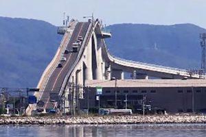 """Kelias į dangų, arba """"Amerikietiškų kalnelių"""" tiltas Japonijoje"""