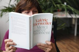 Buvusiai Prancūzijos pirmajai poniai – kritika dėl atviros knygos