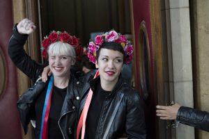 """Prancūzijoje išteisintos """"Femen"""" aktyvistės, kurios pusnuogės protestavo katedroje"""
