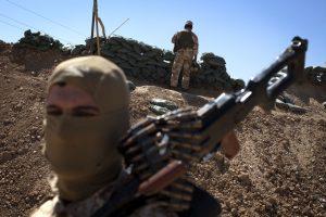 """Per """"Islamo valstybės"""" kovotojų ataką žuvo mažiausiai 74 žmonės"""