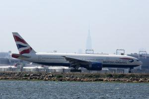 Britanijoje pradėtas tyrimas dėl dviejų vyrų slėpimosi lėktuvo važiuoklės skyriuje
