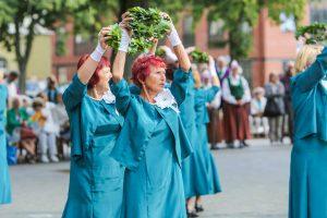 Klaipėdiečiai jau švenčia Mindaugo karūnavimo dieną – pradėjo senjorai