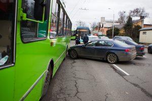 Dvi vairuotojos nepasidalijo kelio