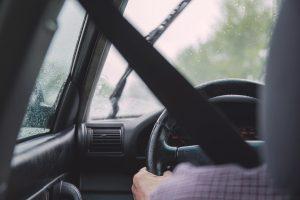 Neužsisegęs saugos diržo vairuotojas dar bruko kyšį, bet nesėkmingai