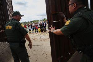 """D. Trumpo kova su """"invazija"""": prie Meksikos sienos siųs 15 tūkst. karių"""