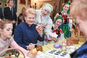 Prezidentė su vaikais margino kiaušinius