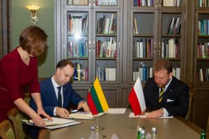 Lietuva ir Lenkija svarsto kartu derėtis dėl vaistų įsigijimo