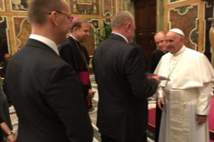 Popiežiui įteikta Lietuvos šimtmečio vėliava