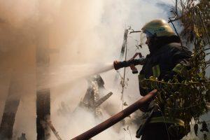 Vilniuje užsidegė medinis namas, iš liepsnų išvestas žmogus