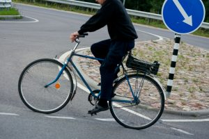 Girtas dviratininkas sumušė policininkę