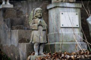 Naujausios kapinių priežiūros mados – populiarėja samdomi tvarkytojai