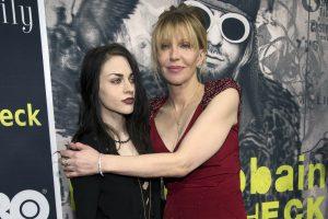 """Ištekėjo velionio grupės """"Nirvana"""" lyderio K. Cobaino dukra"""