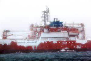 Išlaisvintas ant seklumos Antarktidoje per pūgą užplaukęs ledlaužis