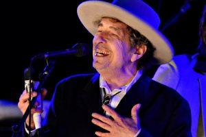 B. Dylanas pagaliau atsiėmė 2016-ųjų Nobelio premiją