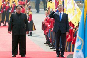 Šiaurės ir Pietų Korėjos lyderiai pradėjo istorinį susitikimą