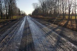 Lietus trukdo asfaltuoti žvyrkelius