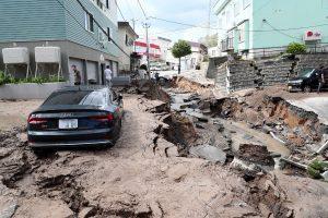 Japonijoje stiprus žemės drebėjimas sukėlė nuošliaužų, yra aukų