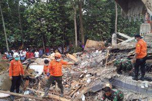Indonezijoje drebėjo žemė: mažiausiai 97 žmonės žuvo
